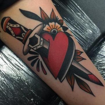 24268-foto-de-tatuaje-de-corazon-con-daga-clavado-estilo-old-school_large
